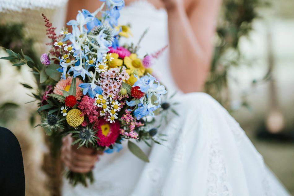 bouquet-de-la-mariee-colore-et-original-pour-un-mariage-vitamine-au-pays-basque