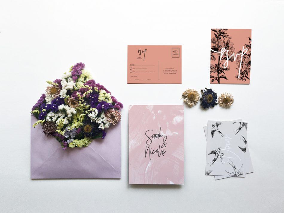 Faire -part de mariage romantique rose avec des motifs oiseaux et branches petites fleurs