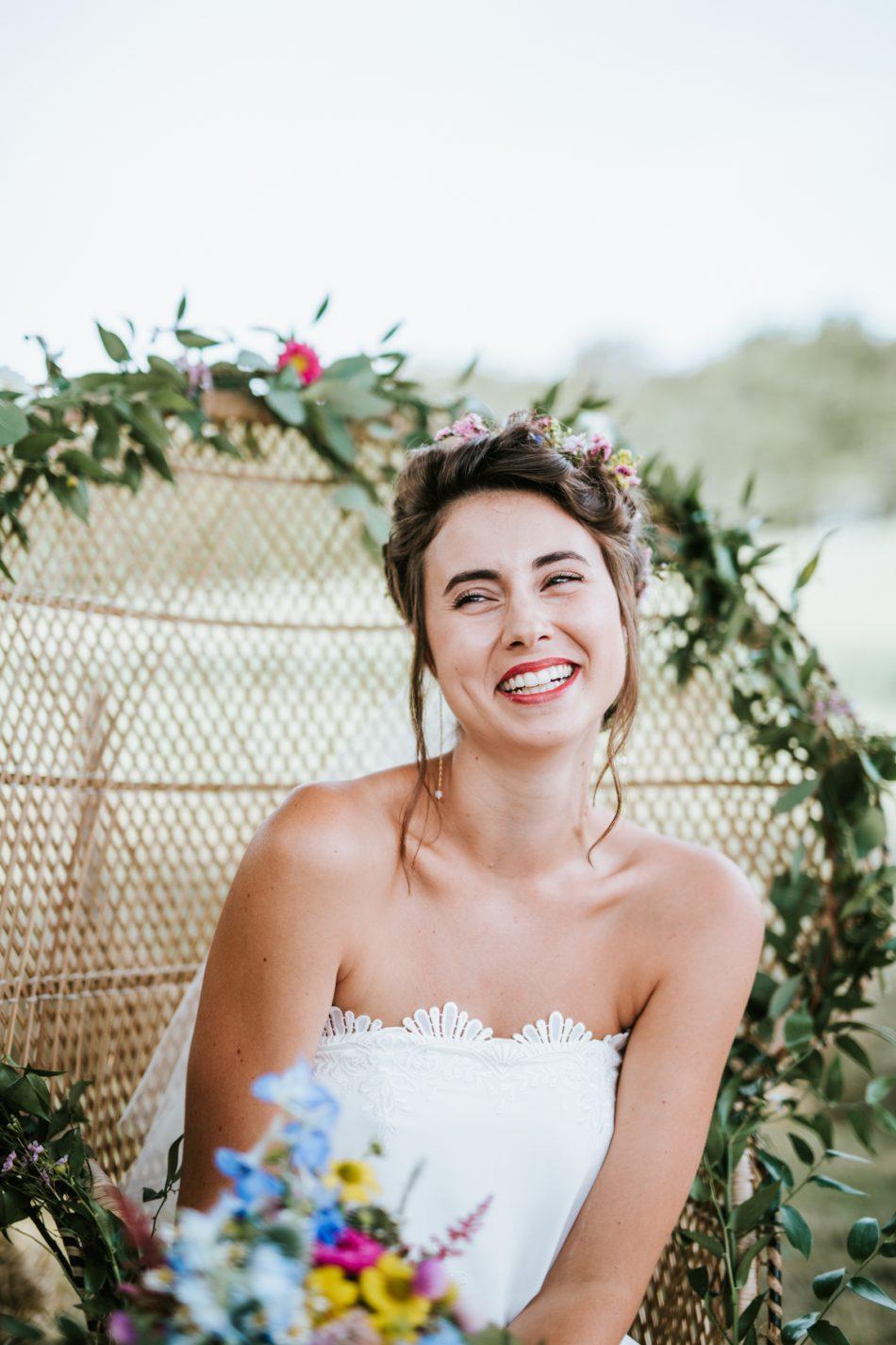 une-mariee-naturelle-et-son-bouquet-de-fleur-tres-colore