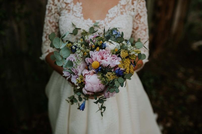 bouquet de la mariée bohème frais avec pivoine
